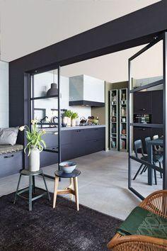 Een bijna zwarte keuken is gewoonweg prachtig.