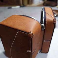 Leather Bag Tutorial, Leather Bag Pattern, Sewing Leather, Leather Craft, Leather Handbags, Leather Wallet, Wooden Bag, Leather Workshop, Leather Pieces