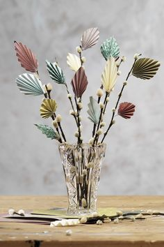 Instead of decorating the Easter bouquet with real feathers, you can make your own elegant paper feathers! To make these gorgeous Easter feathers you will need thin paper; origami paper is perfect. Fold the feathers just like a fan - accordion-style from one edge to the other. Tip! Use the same technique to make pretty leaves for decoration in other seasons. #DIY #panduro #pyssel #kreasjov #hobby #påsk #påske #påskpyssel #påske-krea #påskehobby #påskris #easter #tree #påskeris #fjaer #fjädrar Paper Leaves, Paper Flowers, Origami Paper, Diy Paper, Origami Leaves, First Communion Decorations, Paper Feathers, Easter Egg Designs, Diy Ostern