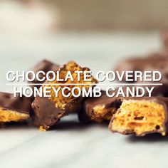 Chocolate Covered Honeycomb Candy Dessert Recept met suiker, lichte glucosestroop, h . - Food & Drink The Most Delicious Desserts - Culture Trip Chocolate Candy Recipes, Honey Chocolate, Chocolate Chips, Honey Recipes, Sweet Recipes, Chocolate Covered Honeycomb Recipe, Honeycomb Candy, Honey Dessert, Gourmet