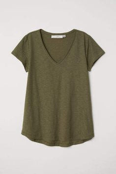 T-shirt in soft, organic cotton slub jersey with a V-neck and gently rounded hem. Jean Skirt Outfits, Modest Outfits, Cute Swag Outfits, Outfits With Hats, Olive Green T Shirt, American Eagle Outfits, Short Shirts, Tumblr Outfits, Coton Bio