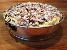 Deze heerlijke en simpele bokkepootjestaart gemaakt van de bokkepootjes koekjes maak je in een handomdraai klaar.