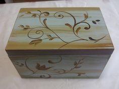 caixa em mdf com caixa isopor por dentro e toda pintada a mão
