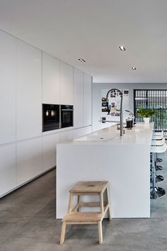 Pin by Ankatrien Degeest on woning in 2019 Cuisines Design, Interior Design Kitchen, Small Bathroom, Home Kitchens, Kitchen Island, Sweet Home, Cabinet, Table, House