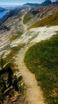 Vista del Parque Natural del Cap de Creus desde el lugar más bello, desde el mar. Calas, acantilados hostiles y un sin fin de parajes naturales en una linea costera muy particular. #CapDeCreus #Girona #Cadaques http://www.dosmaletas.com/2014/07/cap-de-creus-en-barco.html