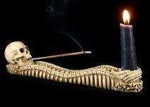 Totenkopf mit Knochen für Kerze und Räucherstäbchen