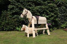 Holzpferde der Manufaktur Topp-Holz. So schön wie ein Möbelstück, entzücken sie nicht nur die Kleinen! ;) Fruit Stands, Wooden Horse, Hobby Horse, Do It Yourself Projects, Diy Gifts, Pony, Alice, Diy Projects, Woodworking