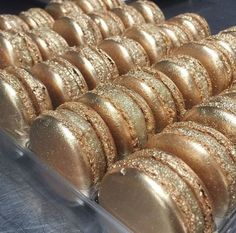 Check out these delicious gold sparkly metalic macaroons Gold Aesthetic, Aesthetic Food, Cute Desserts, Dessert Recipes, Zumbo Desserts, Macaron Cookies, Macaron Cake, French Macaroons, Macaroon Recipes