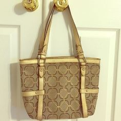 🌺SALE🌺Nine West Gold & Tan purse 🎈✨New lower price ✨🎈Nine West shoulder purse, with back zipper & gold handles. Exterior & interior in good condition.Some slight discoloration on gold parts. Nine West Bags Shoulder Bags