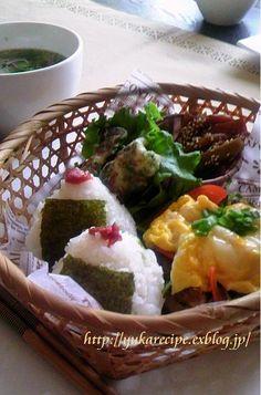 和食ワンプレート : YUKA'sレシピ♪ おにぎり2個 きんぴらごぼう(残っていたものの1/2) ちくわの磯辺揚げ2個 テリヤキチキン・ふわふわ卵のせ(チキン1/4枚・卵1個) レタススープ