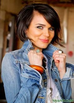 Yet, there is something alluring and elegant in bob hairstyles which can never be had with the long hairstyles. Here are some lovely and trendy bob hairstyles. Short Hair Cuts For Round Faces, Bob Hairstyles For Round Face, 2015 Hairstyles, Short Hairstyles For Women, Curly Hairstyles, Trendy Hairstyles, Natural Hairstyles, Hair Styles 2014, Medium Hair Styles
