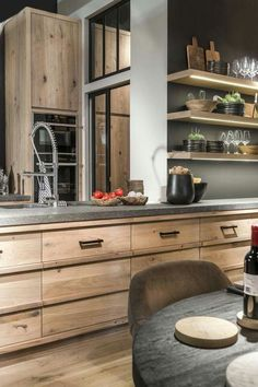 Urzekająca kuchnia z szafkami w drewnie.