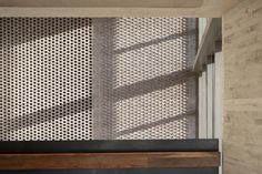 Image 9 of 24 from gallery of The Royal College of Pathologists / Bennetts Associates. Photograph by Peter Cook Architecture Today, Architecture Details, Changing Spaces, Walnut Timber, How To Build Steps, Ceiling Plan, Open Staircase, Timber Panelling, Concrete Houses