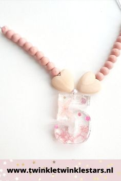 Deze verjaardagsketting voor een meisje is volledig met de hand gemaakt. Het cijfer is in hars gegoten en wordt gevuld met glitters en droogbloemen. De houten kralen aan de zijkanten van het cijfer maken de ketting helemaal af. Superleuk om de verjaardagsoutfit van je kleuter helemaal mee af te maken! #verjaardagsketting #meisjesketting #kinderketting #verjaardagsoutfit #cijferketting Pearl Necklace, Pearls, Jewelry, Fashion, String Of Pearls, Moda, Jewlery, Jewerly, Fashion Styles