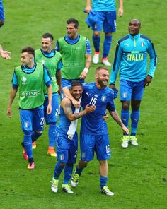 Lorenzo Insigne (L), Daniele De Rossi (R) and Italy players celebrate their team's 2-0 win in the UEFA EURO 2016 round of 16 match between Italy and Spain at Stade de France on June 27, 2016 in Paris, France.