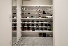 tone | 注文住宅なら建築設計事務所 フリーダムアーキテクツデザイン Shoe Rack, Closet, Home Decor, Houses, Armoire, Shoe Cupboard, Interior Design, Home Interior Design, Closets