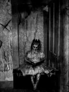 creepy halloween costumes 18 creepy pics for October Creepy Horror, Gothic Horror, Arte Horror, Creepy Art, Creepy Dolls, Gothic Art, Horror Art, Creepy Ghost, Creepy Stuff