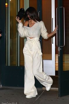 Kendall Jenner flashes black bra in all-white outfit - - She has one the most photographed faces in the world. But Kendall Jenner is prone to bouts of shyness whenever she is out and about. The kept her mug hidden in NYC. Mode Outfits, Casual Outfits, Fashion Outfits, Woman Outfits, Night Outfits, Fashion Clothes, Dinner Outfits, Teen Outfits, Fashion Skirts