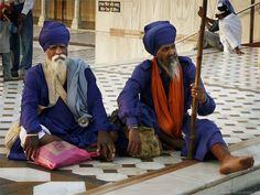 Wächter im Goldenen Tempel von Amritsar - dem heiligsten Ort der Sikhs.