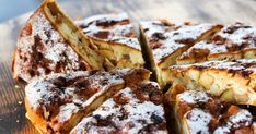 Nadýchaný koláč, vktorom vláčne cesto obaľuje sladké jabĺčka aromatizované škoricou akokosom. Acelá táto dobrota je ešte umocnená čokolá Cheesesteak, I Foods, Food Inspiration, French Toast, Baking, Breakfast, Ethnic Recipes, Basket, Apple Cakes