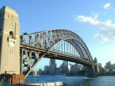 """Puente del puerto de Sidney, Australia  Este puente conecta la zona financiera de Sidney con la zona norte de la ciudad. El espacio bajo el puente para navegación tiene una altura de 49 mt y sobre el agua, el puente tiene una longitud de 503 mt, lo que lo hace el quinto más largo en su tipo. Se construyo en 1932, y su estructura metálica, para mi gusto, le da un toque distintivo acorde a su """"vecino"""", la Opera de Sidney"""