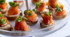 Smoked salmon bites, Kylmäsavulohileivät, resepti – Ruoka.fi Best Party Appetizers, Appetizer Recipes, Smoked Salmon, Gourmet Recipes, Baked Potato, Sushi, Baking, Ethnic Recipes, Food