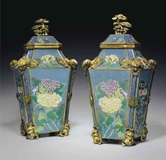 A PAIR OF LARGE GILT-METAL-MOU