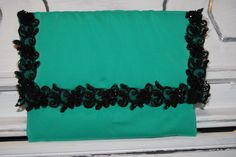 cartera verde con borde de encaje y pedreria-40€