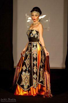 La robe kabyle n'est pas seulement appréciée des femmes kabyles. Ces dernières années, les stylistes ont su la moderniser sans qu'elle perde son âme. Découvrez une séléction de robes kabyles tendances ou traditionnelles.