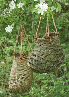 Vissinggaard og workshops i Hjerm. Flax Weaving, Willow Weaving, Basket Weaving, Wire Basket, Traditional Baskets, Diy Accessoires, Wire Art, Weaving Techniques, Wicker