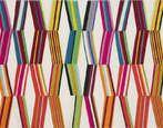 Brodé sur lin, le motif se compose d'une superposition de grands losanges multicolores un peu à la façon d'un kaléidoscope. Il illustre parfaitement le travail du créateur qui joue avec les formes et les couleurs pour renouveler sans cesse son art. L'explosion des couleurs en fait une des pièces fortes de la collection. Nettoyage à sec uniquement.