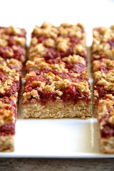 You'd never believe that these soft and chewy strawberry banana oat bars are vegan, gluten-free, refined sugar-free, and made without any butter or oil! The jam is the best part. Vegan Desserts, Dessert Recipes, Bar Recipes, Granola, Healthy Treats, Healthy Recipes, Healthy Strawberry Recipes, Oatmeal Bars Healthy, Healthy Food