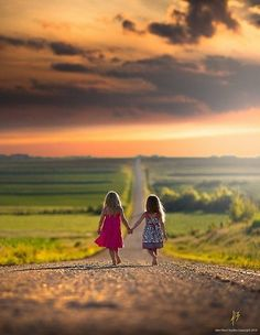 Holding hands walking together, friends, bff photography ideas kids, sister photography poses, Sister Photography, Amazing Photography, Photography Kids, Country Kids Photography, Young Sibling Photography, Digital Photography, Sister Pictures, Family Pictures, Baby Pictures