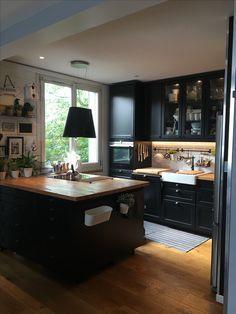 J'adore cette cuisine Ikéa noire avec ce plan de travail en bois brut et son îlot central http://amzn.to/2tPfYjM