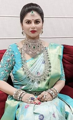 Indian Bridal Jewelry Sets, Bridal Jewellery, Indian Jewelry, Gold Jewellery Design, Diamond Jewellery, Gold Jewelry, Indian Bride Poses, Silk Saree Kanchipuram, Half Saree Designs