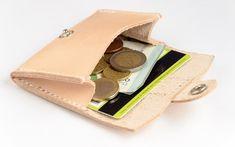 Monedero-Tarjetero de cuero, hecho a mano. Cuero vacuno 100% autentico. Este monedero de gran resistencia ofrece gran comodidad debido a su tamaño compacto y su diseño, cabe en cualquier bolsillo. Puede usar lo para guardar monedas, billetes y tarjetas de crédito o de visita.