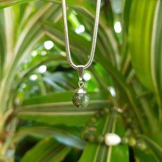 Příroda a životní prostředí je nám nade vše, proto se v naší práci soustřeďujeme zejména na přírodní materiály (lístky, minerály, perly...). Zároveň je nám příroda velkou inspirací, a podle toho také tvoříme (i fotíme) :-) Pearl Necklace, Silver, Jewelry, String Of Pearls, Jewlery, Jewerly, Schmuck, Pearl Necklaces, Jewels