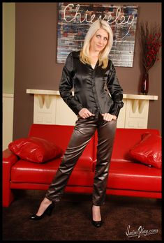 Sexy Older Women, Sexy Women, Satin Bluse, Hot Pants, Black Satin, Sexy Outfits, Leather Pants, Blouses, Sexy Blouse