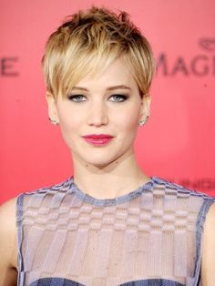 Jennifer Lawrence tousled pixie haircut with a subtle smoky eye and pink lipstick Pixie Hairstyles, Pretty Hairstyles, Casual Hairstyles, Medium Hairstyles, Latest Hairstyles, Weave Hairstyles, Jennifer Lawrence Pixie, Jennfer Lawrence, Short Hair Cuts