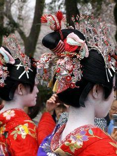 花魁 Kamuro hair ornamentation