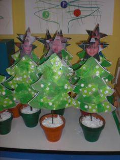 Leuk kleuterwerkje. De kerstboom krijgt een mooi kleurtje door papiertjes te scheuren en plakken. De ster met gezichtje maakt het wel heel uniek!