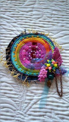Broche textile ronde bohème chic : Broche par latelierdyb