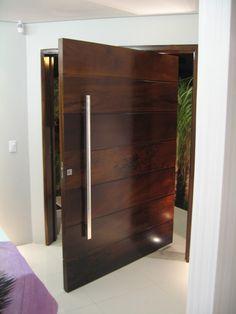 Ter uma porta de madeira para entrada que chame a atenção, faz toda a diferença na hora de receber visitas. Conheça 28 modelos e renove seu ambiente.