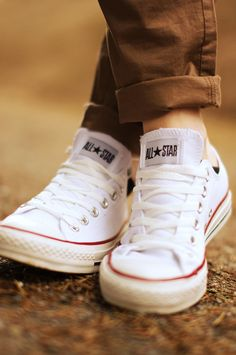 low chuck taylor all star converse! Converse All Star Ox, Outfits With Converse, White Converse, Converse Sneakers, Converse Chuck, Fashion Shoes, Mens Fashion, Sock Shoes, Chuck Taylors