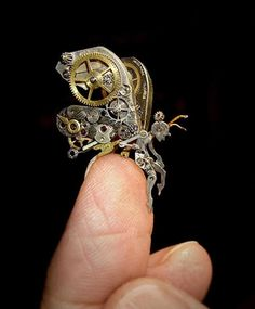 複雑なメカニズムが芸術的な美しさを持つ機械式時計の古い部品を使って製作されたアート作品です。スチームパンク的な世界にどっぷりと浸かることが出来ます。「機械時計の部品から造られた非常に精巧なスチーム...