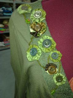 Bloesje met zelfgemaakte bloemen van knoopjes en zijde.