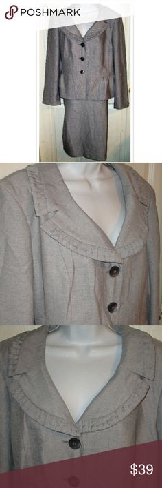 LE SUIT Gray Silver Skirt Suit SZ 18 This is a stunning suit! Love this color! The collar is stunning as well. The bust measures 50 inches length is 24 inches.. The waist measurement is 38 and length is 28 inches.. Material is 100% Polyester; Fully lined Le Suit Skirts Skirt Sets