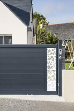 Olen, c'est un décor signé Dacryl en acrylique coulé. Aussi transparent que le cristal, 10 fois plus résistant que le verre et 2 fois plus léger, c'est le décor idéal pour les personnes souhaitant allier sécurité et esthétique. Un décor jouant avec la lumière et la transparence, à personnaliser en choisissant son emplacement parmi nos nombreuses bases de portail. #entrée #portail#alu #aluminium #deco #garden#outdoor #jardinextraordinaire #kostum#kostumbycadiou