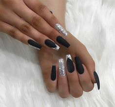 False nails have the advantage of offering a manicure worthy of the most advanced backstage and to hold longer than a simple nail polish. The problem is how to remove them without damaging your nails. Sliver Nails, Black Acrylic Nails, Best Acrylic Nails, White Nails, Black Silver Nails, Black Nails With Glitter, Glam Nails, Bling Nails, My Nails