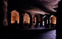 L'intérieur d'une des grottes d'Ajantâ.